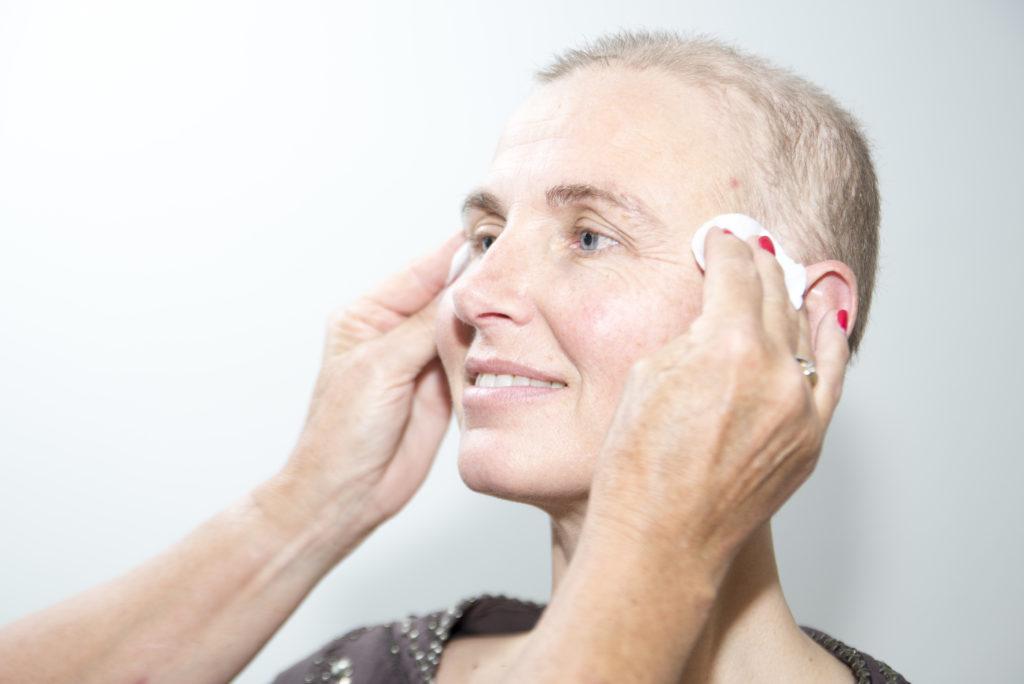 Stap-1-reiniging-look-good-feel-better-kanker-huidverzorging-huid-chemo-bestraling-tutorial-uiterlijk-droog-rode-huid-afvalstoffen-gezicht-aandacht-advies-scaled