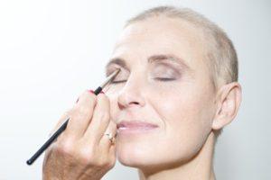 oogschaduw-kleur-ogen-look-good-feel-better-make-up-gezicht-kanker-chemo-tips-advies-hoe-techniek-uiterlijk-belangrijk-sprekend-jezelf-goed