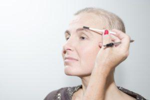 wenkbrauw-potlood-poeder-mal-look-good-feel-better-tips-advies-uiterlijk-verzorging-haaruitval-geen-uitdrukking-gezicht-bloot-kanker-chemo-bijwerking