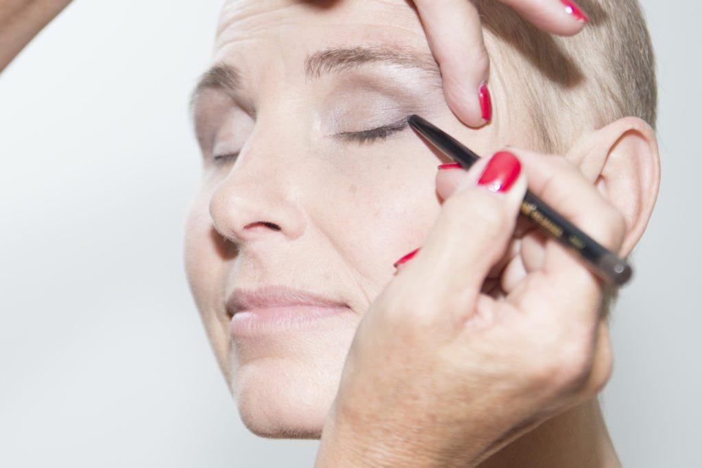 oogpotlood-eyeliner-look-good-feel-better-make-up-geen-wimpers-advies-kanker-chemo-ogen-waterproof-techniek-kleur-aanbrengen